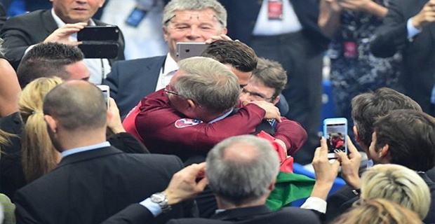 Setelah Membawa Portugal Menjadi Juara Piala Eropa 2016 Ronaldo Memeluk Ferguson